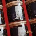 Szklany pojemnik z herbatą i drewnianym wieczkiem